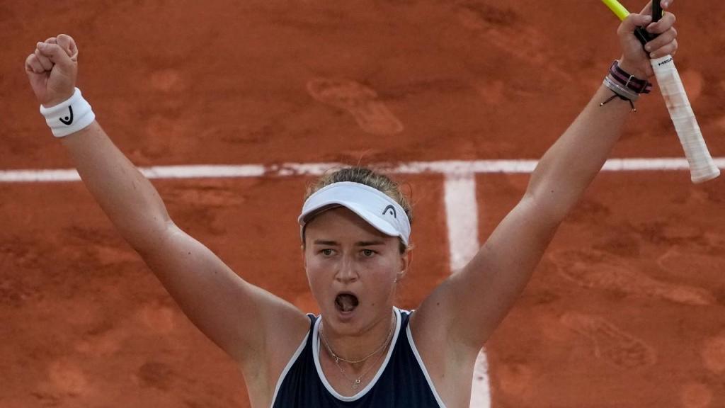 Barbora Krejcikova celebra passagem à final de Roland Garros (Christophe Ena/AP)