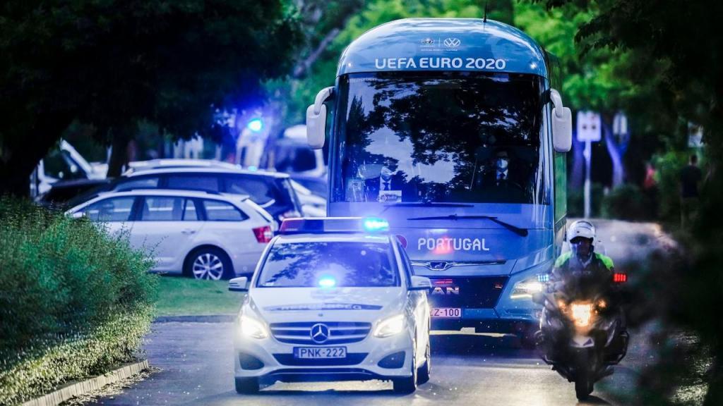 A chegada da seleção, de autocarro, a Budapeste (Hugo Delgado/LUSA)