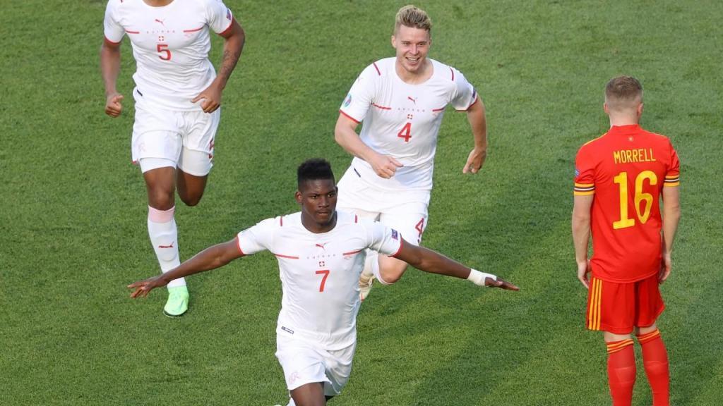 Breel Embolo festeja o golo da Suíça (Naomi Baker/AP)