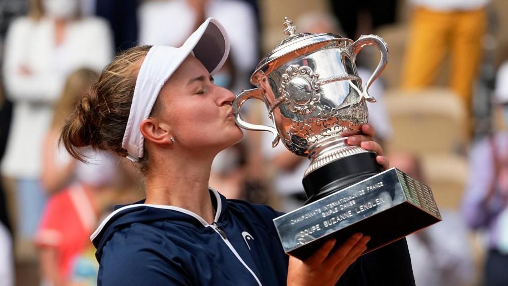 Barbora Krejcikova é a nova campeã de Roland Garros (Michel Euler/AP)