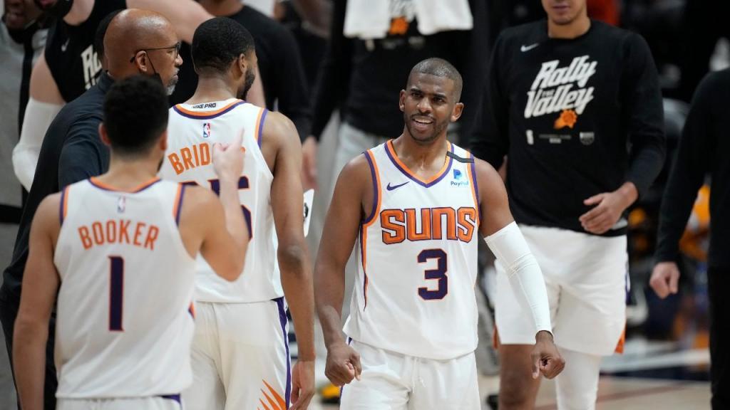 Devin Booker e Chris Paul no Denver Nuggets-Phoenix Suns. Suns fazm 4-0 e garantem final de Conferência (David Zalubowski/AP)