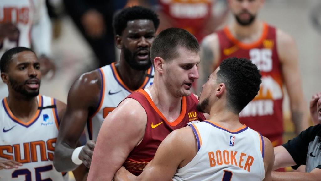 Desentendimento entre Nikola Jokic e Devin Booker no Denver Nuggets-Phoenix Suns (David Zalubowski/AP)