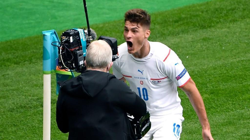 Patrik Schick festeja golo no Escócia-República Checa (Andy Buchanan/AP)