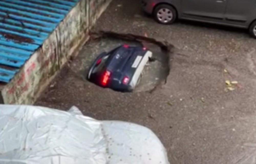 Buraco abre-se no chão e engole carro (reprodução YouTube «ANI News»)