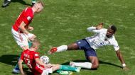 Euro 2020: Andras Schaefer e Attila Szalai com Paul Pogba no Hungria-França (AP)