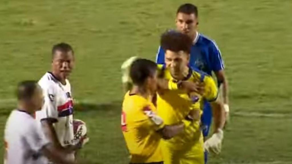 Guarda-redes agride árbitro após expulsão (youtube)