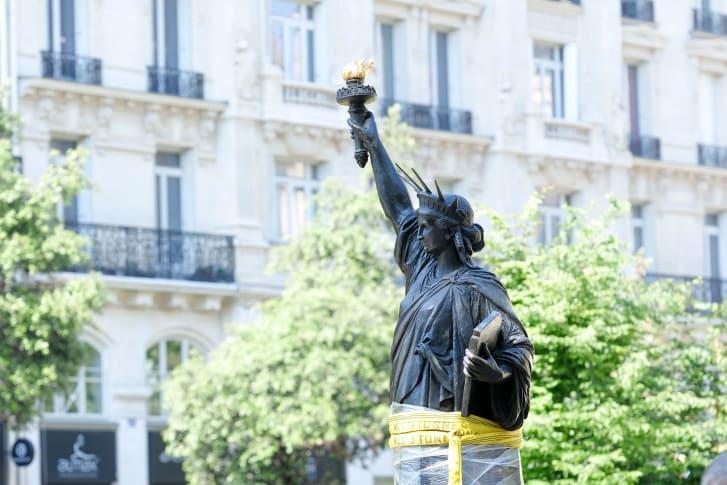 Réplica da Estátua da Liberdade sai de Paris para rumar aos Estados Unidos onde vai ficar nos próximos dez anos.