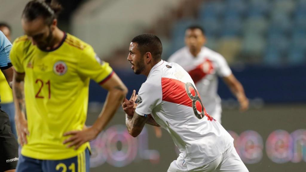 Sergio Peña abriu marcador no Colômbia-Peru (Eraldo Peres/AP)