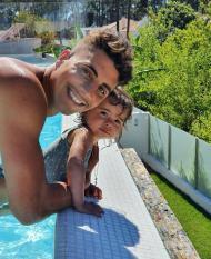 Fábio Cardoso em Aroeira, com a filha (Instagram)