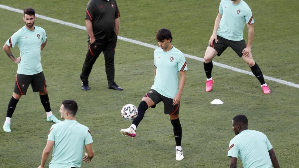 João Félix em primeiro plano no treino da seleção (Jose Manuel Vidal/EPA)