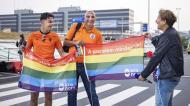 Apresentador holandês Klaas van Kruistum com a bandeira do arco-íris, no aeroporto de Amesterdão, antes do Países Baixos-República Checa (Ramon Van Flymen/AP)