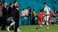 Ronaldo pontapeou a braçadeira (EPA/HUGO DELGADO)