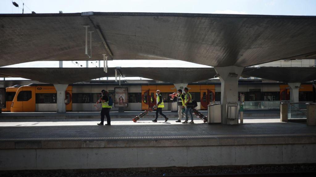 Longas esperas e comboios atrasados: as imagens da greve dos trabalhadores da Infraestruturas de Portugal