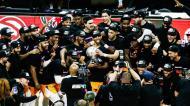 Phoenix Suns com o troféu da conferência Oeste da NBA (Etiene Laurent/EPA)