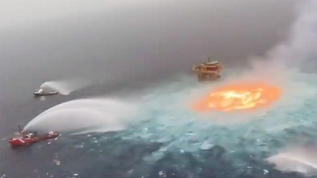 Incêndio em pleno Golfo do México