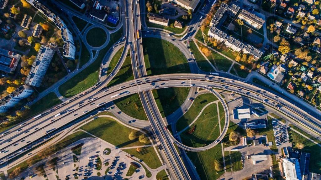 Circulação na estrada - Foto Aleksejs Bergmanis/Pexels