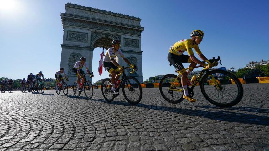 Pogacar consagrado em Paris (AP)