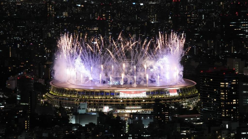 Vista aérea do espetáculo pirotécnico na cerimónia de abertura de Tóquio 2020 (Christopher Jie/EPA)