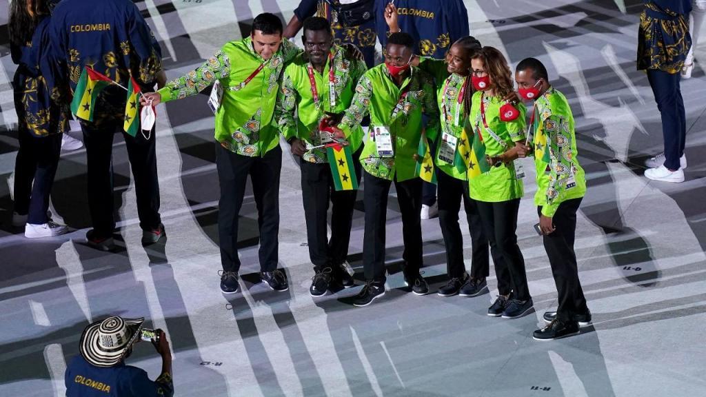 São Tomé e Príncipe na cerimónia de abertura de Tóquio 2020, fotografados por um elemento da Colômbia (Joe Giddens/EPA)