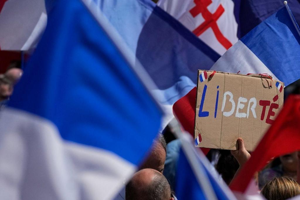 Franceses saem à rua para protestar contra o certificado digital