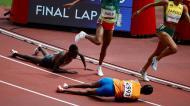 Sifan Hassan cai nos 1500 metros feminino em Tóquio2020 (foto: Reuters)