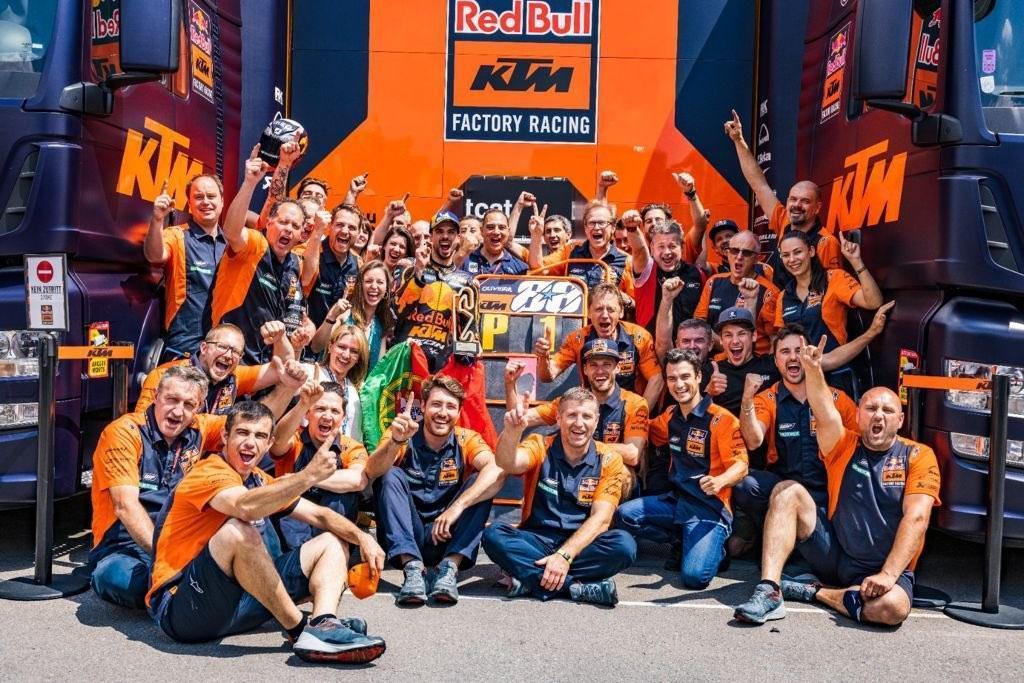 Foto de família da KTM após vitória de Miguel Oliveira no GP da Catalunha (imagem Twitter Dani Pedrosa)