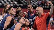 A selfie da equipa feminina de voleibol de praia da República Dominicana, com o treinador, à margem do jogo com o Japão (AP)