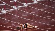 Chuva marcou o dia em Tóquio e não ajudou: a dinamarquesa Sara Petersen caiu nas meias-finais da prova dos 400 metros barreiras (AP)