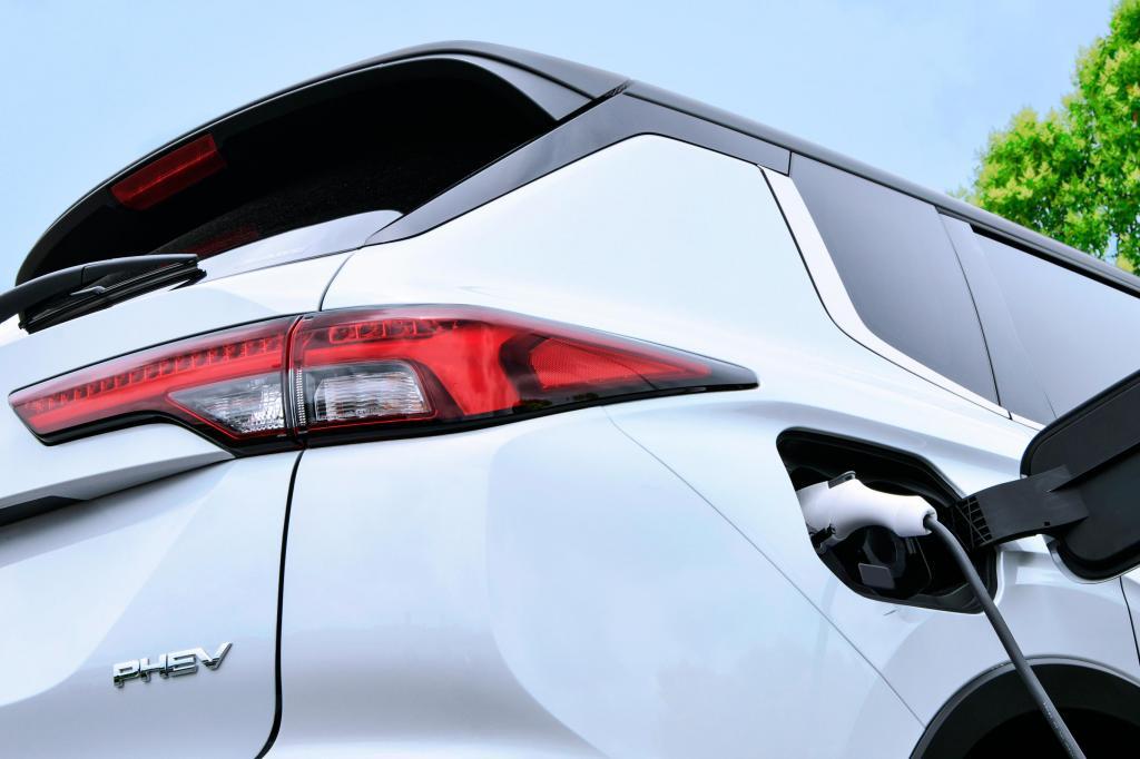 Nova geração do Mitsubishi Outlander PHEV está a caminho
