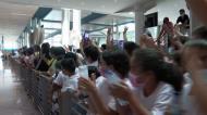 Crianças eufóricas na receção a Pimenta... que só teve olhos para a filha