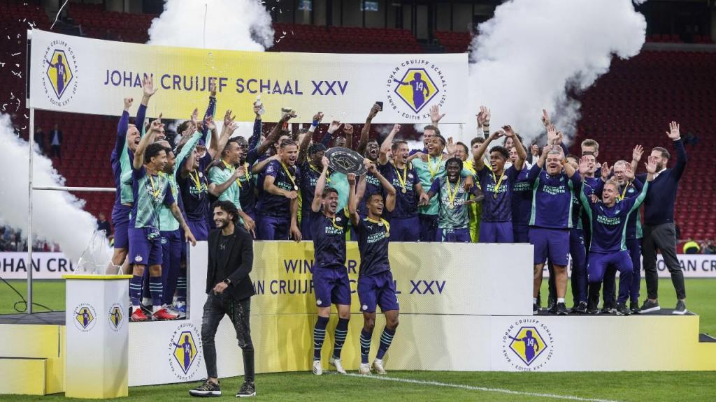 Jogadores do PSV erguem a Supertaça após vitória sobre o Ajax (Jeroen Putmans/EPA)