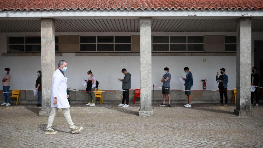 Covid-19: Gouveia e Melo visita Centro de Vacinação do ACES Porto Ocidental Regimento de Transmissões do Porto