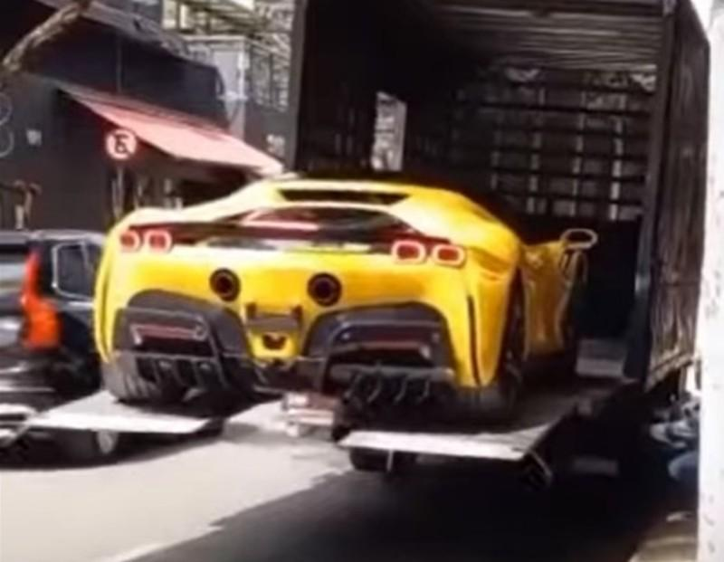 Transporte de Ferrari SF90 Stradale (reprodução YouTube Carro Esporte Clube)