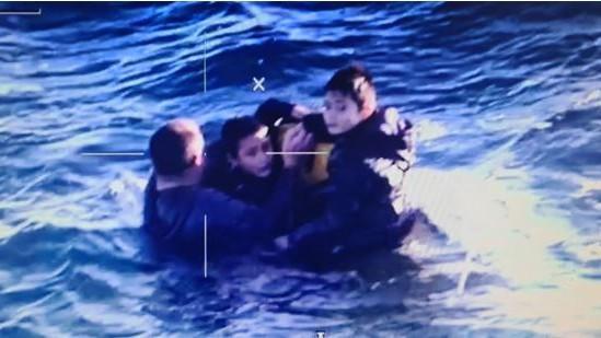 Carl Pries e os seus dois filhos de nove anos, foram resgatados, em alto mar, depois do barco onde seguiam ter afundado