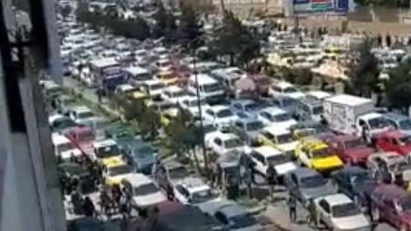 Trânsito na cidade de Cabul enquanto pessoas tentam fugir da capital