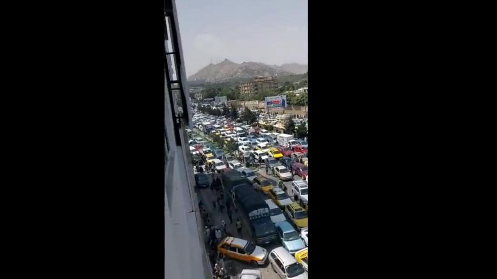 Transito na cidade de Cabul com anuncio da tomada da cidade pelos talibãs