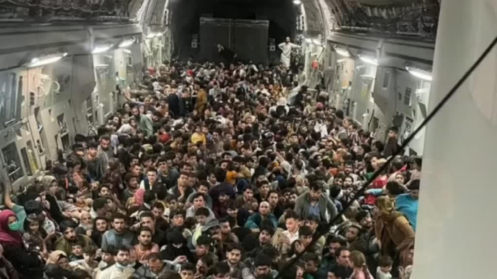 Imagem de avião militar sobrelotado mostra o desespero da população em fugir aos talibãs