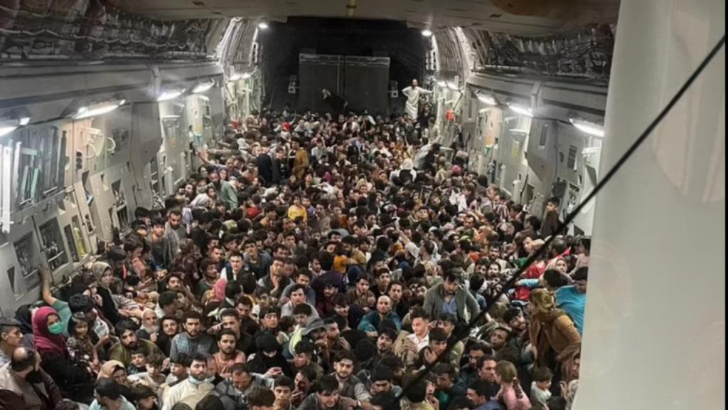 O desespero numa imagem. São 640 pessoas dentro de um avião sobrelotado a tentar fugir do Afeganistão