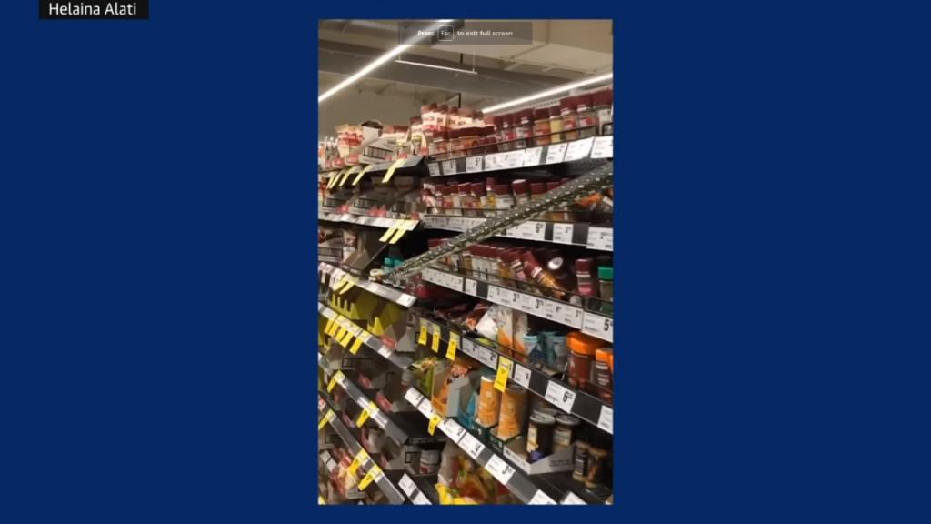 Píton surpreende clientes no supermercado, em Sydney