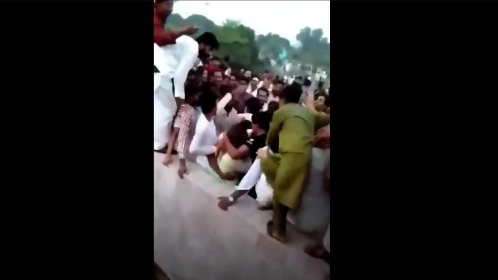 Vídeo mostra mulher a ser agredida por multidão no Paquistão