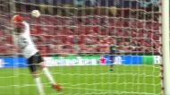 Lucas Veríssimo tenta um golaço frente ao PSV