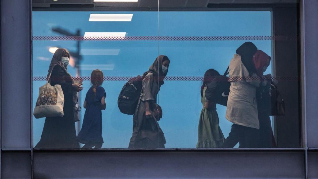 A chegada a Paris dos primeiros refugiados afegãos