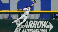 DJ Peters dos Texas Rangers tenta anular um «home run» de Luis Torrens dos Seattle Mariners em jogo da liga norte-americana de baseball (AP Photo/Tony Gutierrez)
