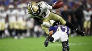 Ar'Darius Washington (Baltimore Ravens) tenta travar Tony Jones Jr. (New Orleans Saints) em jogo da NFL, em Baltimore (AP Photo/Nick Wass)