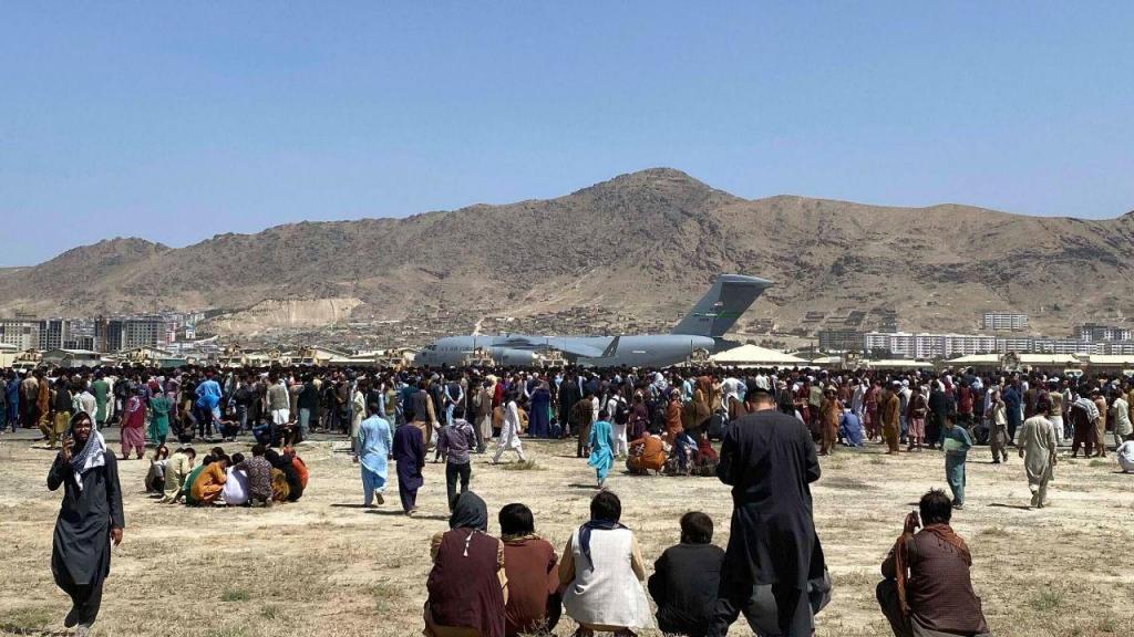 Afegãos concentram-se à volta do aeroporto de Cabul, na esperança de abandonar a cidade