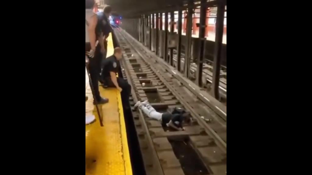 homem é salvo na linhda de metro de nova iorque