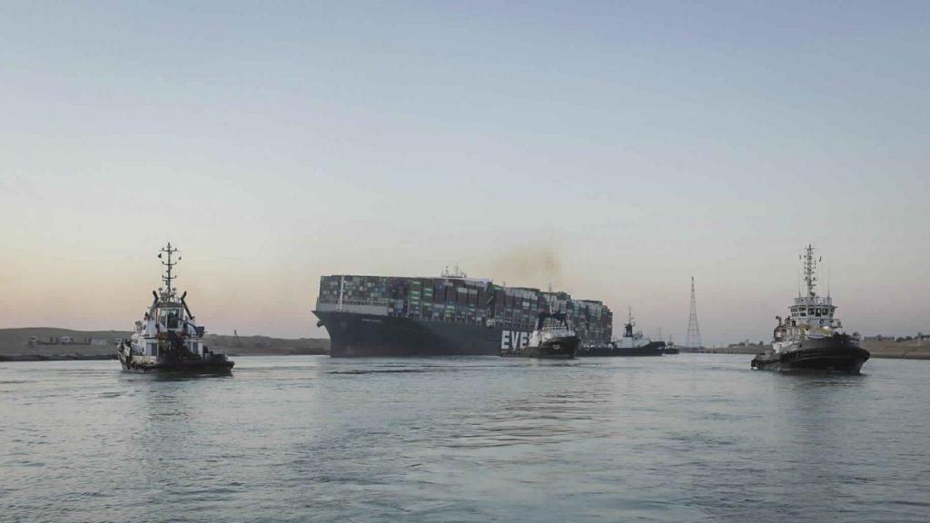 Navio que encalhou no Canal de Suez está de volta aos mares passados 150 dias