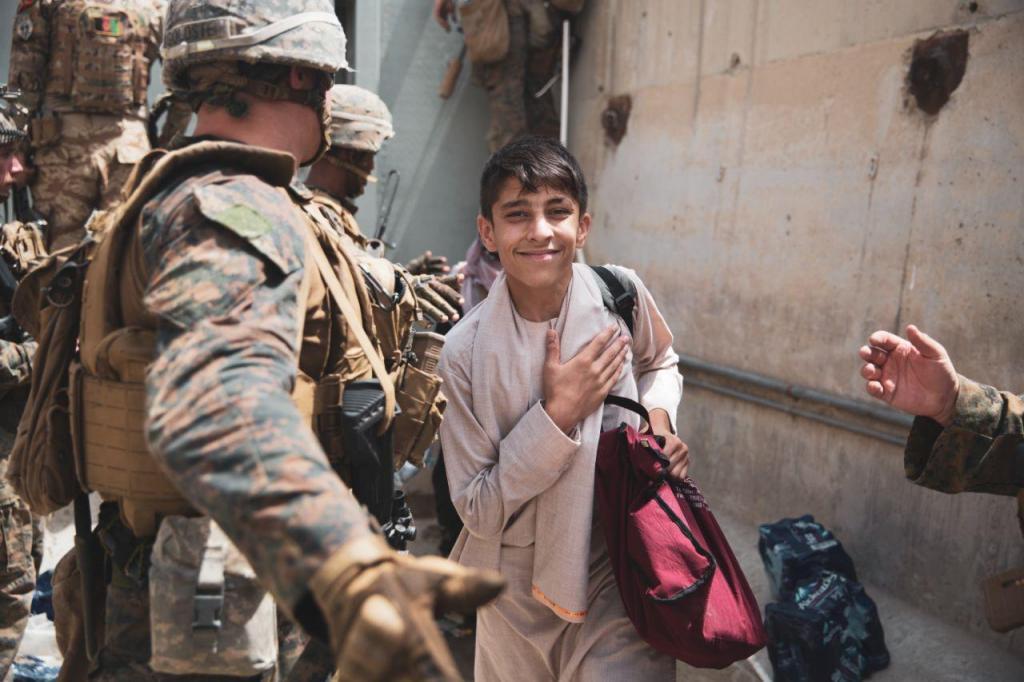 Militares norte-americanos ajudam famílias afegãs