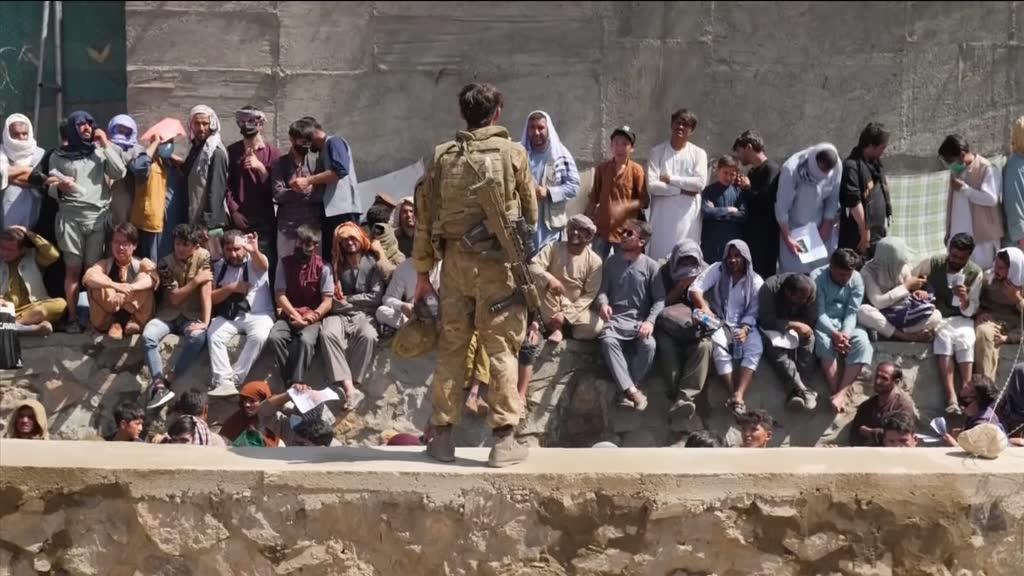 Dez mil afegãos esperam em condições degradantes pela salvação