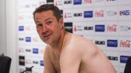 Brian Priske sem roupa na conferência de imprensa (Foto: Royal Antwerp)